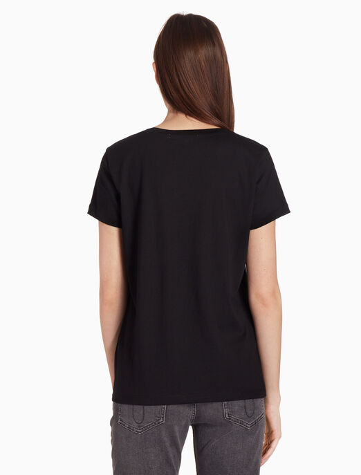 CALVIN KLEIN 메탈릭 텍스처드 로고 티셔츠