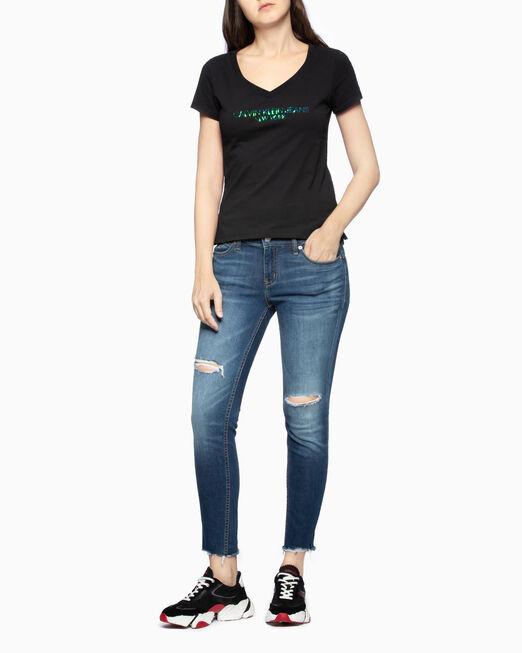 CALVIN KLEIN IRIDESCENT LOGO V NECK 티셔츠